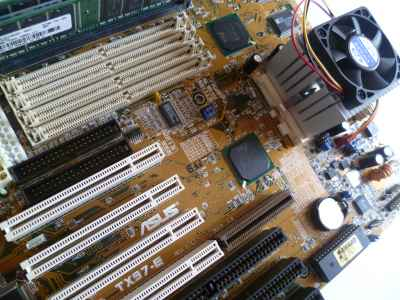 AMD K6-2 CXT 500MHz su motherboard pre Super Socket 7